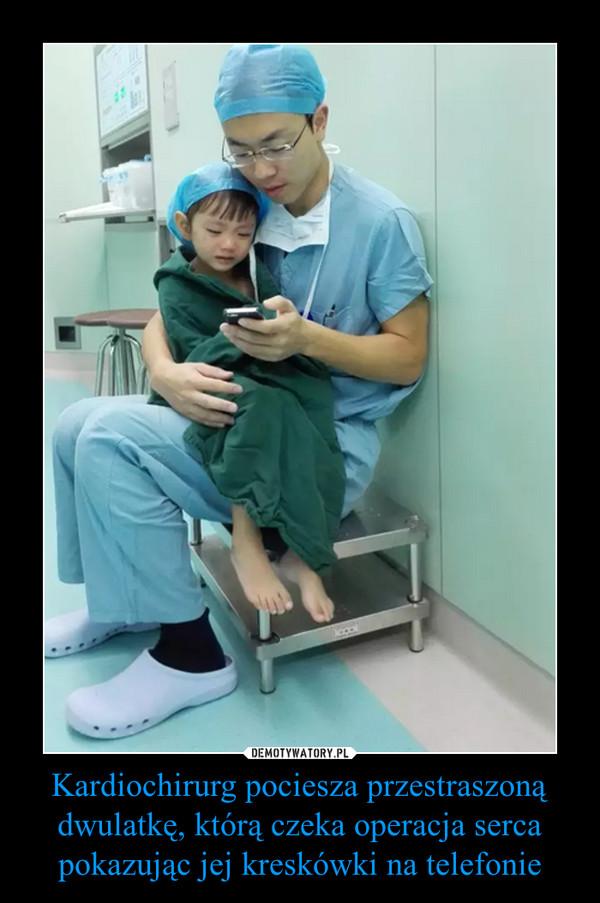Kardiochirurg pociesza przestraszoną dwulatkę, którą czeka operacja serca pokazując jej kreskówki na telefonie –