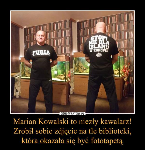 Marian Kowalski to niezły kawalarz! Zrobił sobie zdjęcie na tle biblioteki, która okazała się być fototapetą –