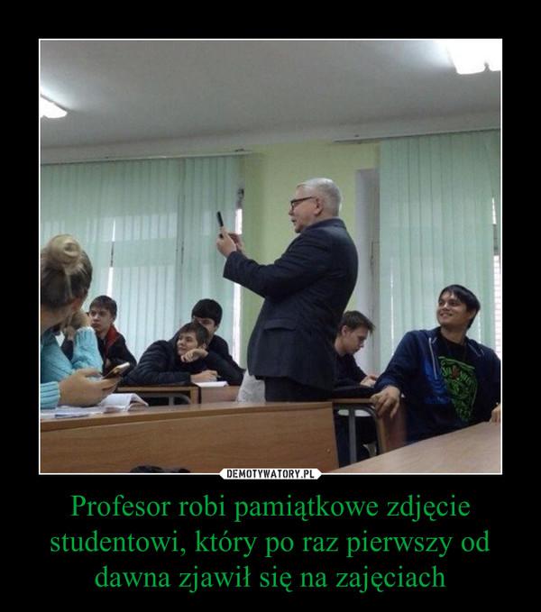 Profesor robi pamiątkowe zdjęcie studentowi, który po raz pierwszy od dawna zjawił się na zajęciach –