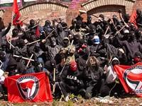 """Ci ze zdjęcia chcę Nas uczyć tolerancji, choć nie akceptują nikogo prócz siebie i swoich poglądów! – Zdjęcie wykonane zapewne przed """"pokojową"""" manifestacją..."""