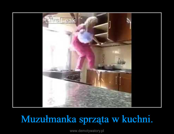 Muzułmanka sprząta w kuchni. –