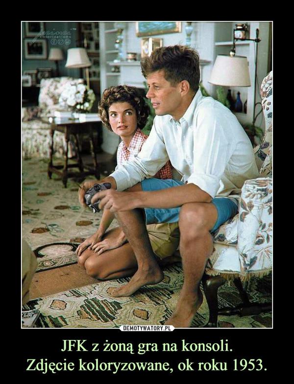 JFK z żoną gra na konsoli.Zdjęcie koloryzowane, ok roku 1953. –