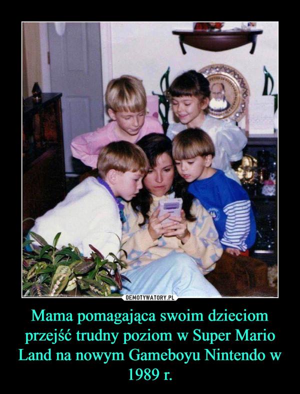 Mama pomagająca swoim dzieciom przejść trudny poziom w Super Mario Land na nowym Gameboyu Nintendo w 1989 r. –