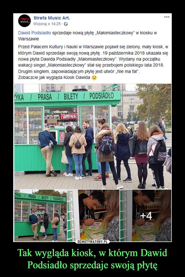 """Tak wygląda kiosk, w którym Dawid Podsiadło sprzedaje swoją płytę –  Strefa Music Art.Wczoraj o 14:25 ·Dawid Podsiadło sprzedaje nową płytę """"Małomiasteczkowy"""" w kiosku w WarszawiePrzed Pałacem Kultury i Nauki w Warszawie pojawił się zielony, mały kiosk, w którym Dawid sprzedaje swoją nową płytę .19 października 2018 ukazała się nowa płyta Dawida Podsiadły """"Małomiasteczkowy"""". Wydany na początku wakacji singel """"Małomiasteczkowy"""" stał się przebojem polskiego lata 2018. Drugim singlem, zapowiadającym płytę jest utwór """"Nie ma fal"""".Zobaczcie jak wygląda Kiosk Dawida"""