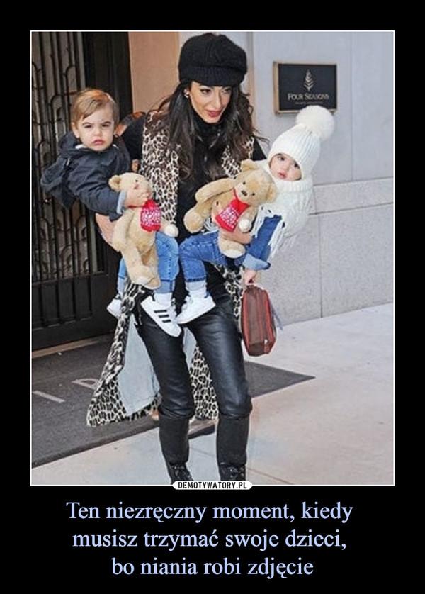 Ten niezręczny moment, kiedy musisz trzymać swoje dzieci, bo niania robi zdjęcie –