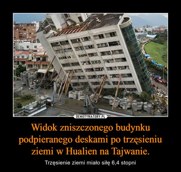 Widok zniszczonego budynku podpieranego deskami po trzęsieniu ziemi w Hualien na Tajwanie. – Trzęsienie ziemi miało siłę 6,4 stopni