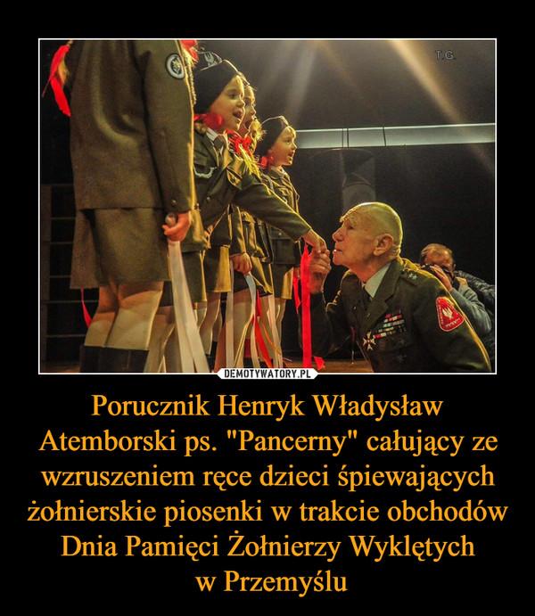 """Porucznik Henryk Władysław Atemborski ps. """"Pancerny"""" całujący ze wzruszeniem ręce dzieci śpiewających żołnierskie piosenki w trakcie obchodów Dnia Pamięci Żołnierzy Wyklętych w Przemyślu –"""