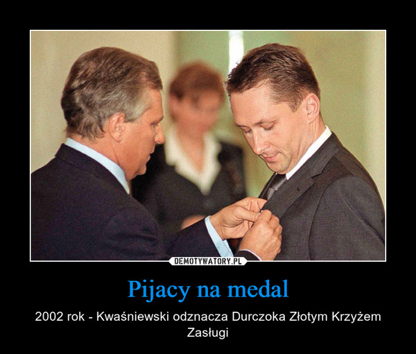 Pijacy na medal – 2002 rok - Kwaśniewski odznacza Durczoka Złotym Krzyżem Zasługi