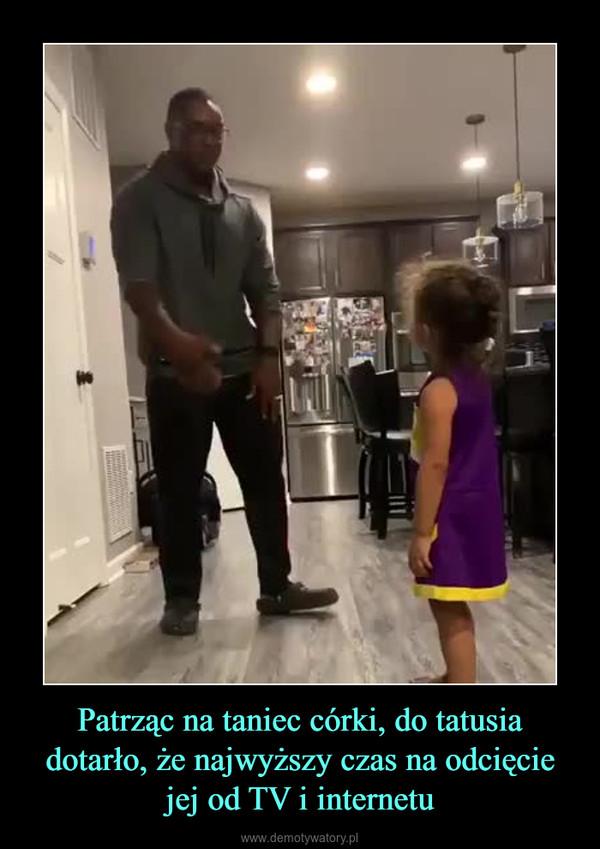 Patrząc na taniec córki, do tatusia dotarło, że najwyższy czas na odcięcie jej od TV i internetu –