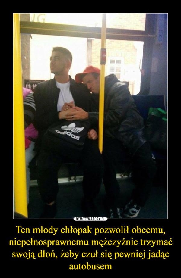 Ten młody chłopak pozwolił obcemu, niepełnosprawnemu mężczyźnie trzymać swoją dłoń, żeby czuł się pewniej jadącautobusem –
