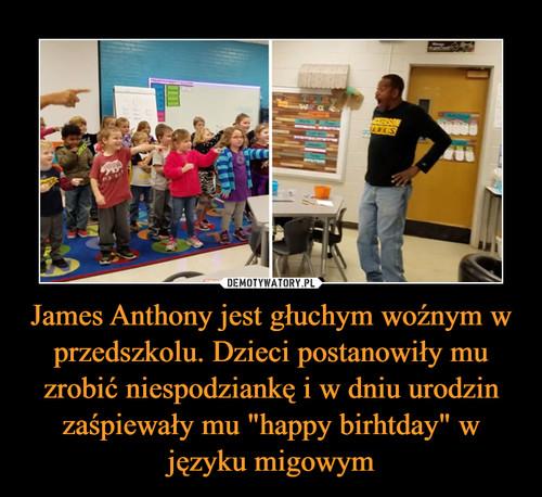 """James Anthony jest głuchym woźnym w przedszkolu. Dzieci postanowiły mu zrobić niespodziankę i w dniu urodzin zaśpiewały mu """"happy birhtday"""" w języku migowym"""