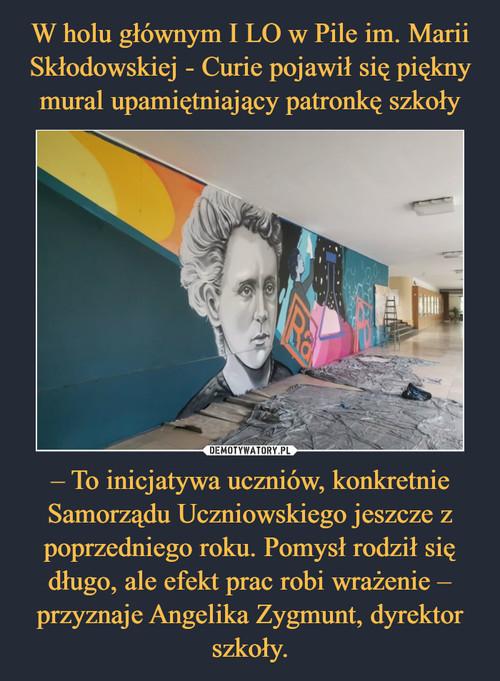 W holu głównym I LO w Pile im. Marii Skłodowskiej - Curie pojawił się piękny mural upamiętniający patronkę szkoły – To inicjatywa uczniów, konkretnie Samorządu Uczniowskiego jeszcze z poprzedniego roku. Pomysł rodził się długo, ale efekt prac robi wrażenie – przyznaje Angelika Zygmunt, dyrektor szkoły.